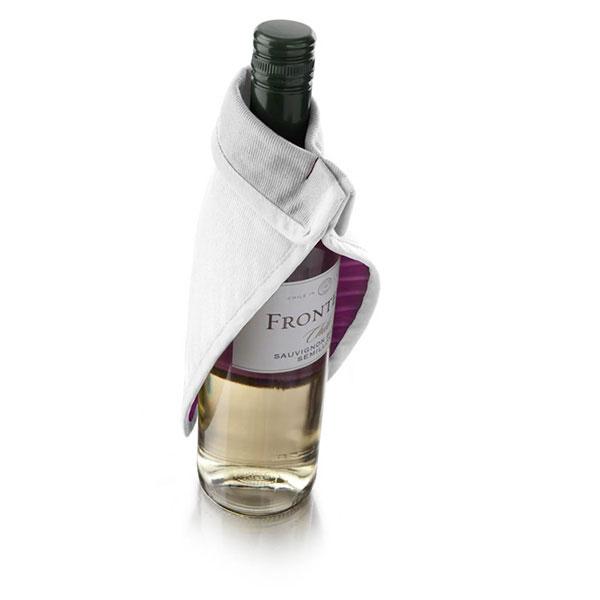 Прихватка VacuVin Screw Cap Opener для открывания винтовых крышек6855360Текстильная прихватка VacuVin Screw Cap Opener предназначена для того, чтобы легко открывать винные бутылки с завинчивающейся крышкой и стильно подавать вино к столу. Внутри находится силиконовая манжета, которая обеспечивает надежное сцепление с винтовой крышкой во время открывания бутылки, а также приглушает сопровождающий этот процесс звук. Кроме того, она позволяет разлить вино без риска, что холодная и влажная от конденсата бутылка может выскользнуть у вас из рук. Для еще лучшего сцепления с бутылкой, внутренняя поверхность салфетки выполнена из силикона. Прихватка VacuVin Screw Cap Opener придает процессу открывания бутылок с винтовой крышкой элегантность. Характеристики: Материал: текстиль (80% полиэстер, 20% хлопок), силикон. Размер прихватки (в сложенном виде): 20 см х 10 см. Артикул: 6855360.