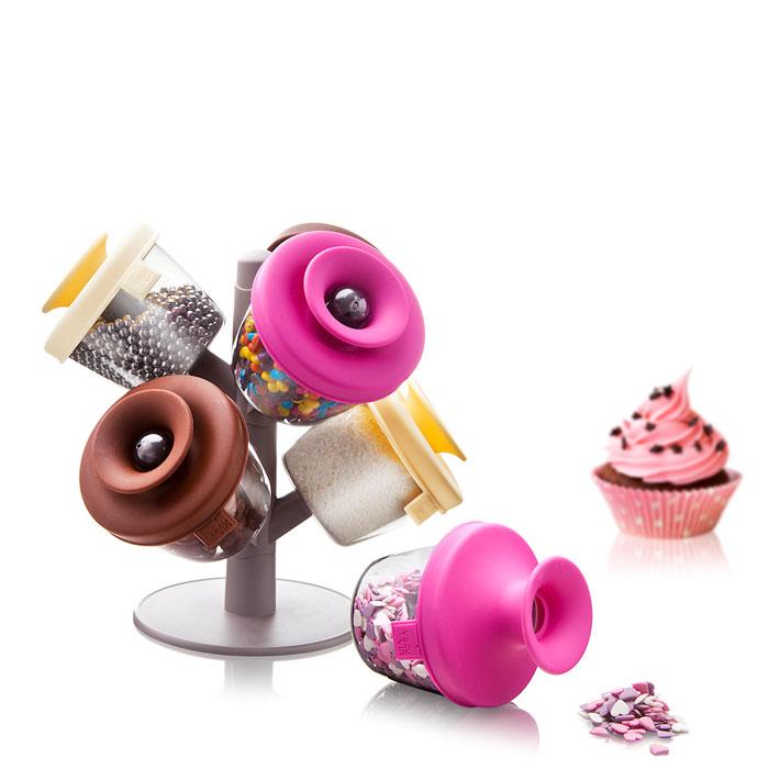 Набор емкостей VacuVin PopSome Cake Decorating Set, для хранения декоров для десертов, 6 предметов2844060Набор емкостей VacuVin PopSome Cake Decorating Set - практичный способ для хранения и использования различных видов декорирования (топпингов) Ваших десертов. Цветные крышки с запатентованной системой Оксилок специально разработаны для герметичного хранения. Если Вы хотите использовать Ваш любимый топпинг, просто откройте крышку и высыпьте содержимое на руку или на десерт. Удобный стенд позволяет установить до девяти дозаторов. Характеристики: Материал: пластик, резина. Высота емкости (без учета крышки): 6,5 см. Диаметр емкости: 8 см. Размер упаковки: 24 см х 22 см х 10 см.