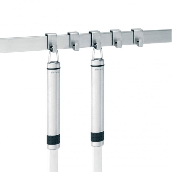 Настенный держатель-рейлинг Brabantia, с 5 крючками. 460029460029Настенный держатель-рейлинг Brabantia, изготовленный из нержавеющей стали - отличный способ для хранения инструментов кухне. Его использование позволяет сэкономить и упорядочить рабочее пространство. Теперь все инструменты всегда будут под рукой! Кроме того, держатель Brabantia имеет стильный классический дизайн и одинаково хорошо впишется и в современный и в классический интерьер. Рейлинг может расширяться с помощью соединительных элементов по мере увеличения Вашей коллекции кухонных инструментов. Держатель легко крепится к стене с помощью системы скрытых креплений. Фурнитура для крепления и инструкция по применению в комплекте. В комплекте 5 съемных крючков. Характеристики: Материал: нержавеющая сталь. Длина рейлинга: 40 см. Ширина: 2 см. Количество крючков: 5 шт. Размер крючка: 1,3 см х 2,4 см х 2,5 см. Размер упаковки: 43,5 см х 8,5 см х 3 см. Артикул: 460029. Гарантия производителя: 5 лет.