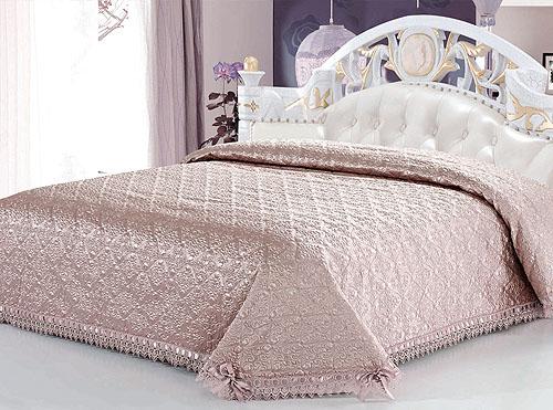 Покрывало стеганое SL, цвет: лавандовый, 240 см х 260 см. 95579557Роскошное покрывало SL, выполненное из атласной ткани лавандового цвета, оформлено фигурной стежкой. По краям изделие украшено кружевом и шелковой лентой в тон основному цвету, лента завязана на бантики. Покрывало придаст вашей спальне поистине королевскую роскошь и особый шарм. Изделие упаковано в подарочную картонную коробку, украшенную сюжетами по мотивам картин эпохи Возрождения.