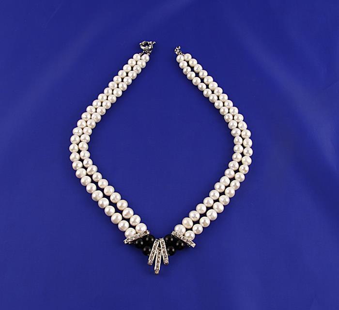 Ожерелье Принцесса. Металл, искусственный жемчуг, австрийские кристаллы, бусины. Конец XX векаFH30937Ожерелье Принцесса. Металл, искусственный жемчуг, австрийские кристаллы, бусины. Западная Европа, конец XX века. Длина 48 см, ширина 3 см. Сохранность хорошая. Ожерелье представлено преимущественно в белом оттенке. Жемчужины составляют основу этого изделия. Чёрные изделия - это изюминка центральной части аксессуара, инкрустированной также австрийскими кристаллами. Изысканное ожерелье для истинных леди!