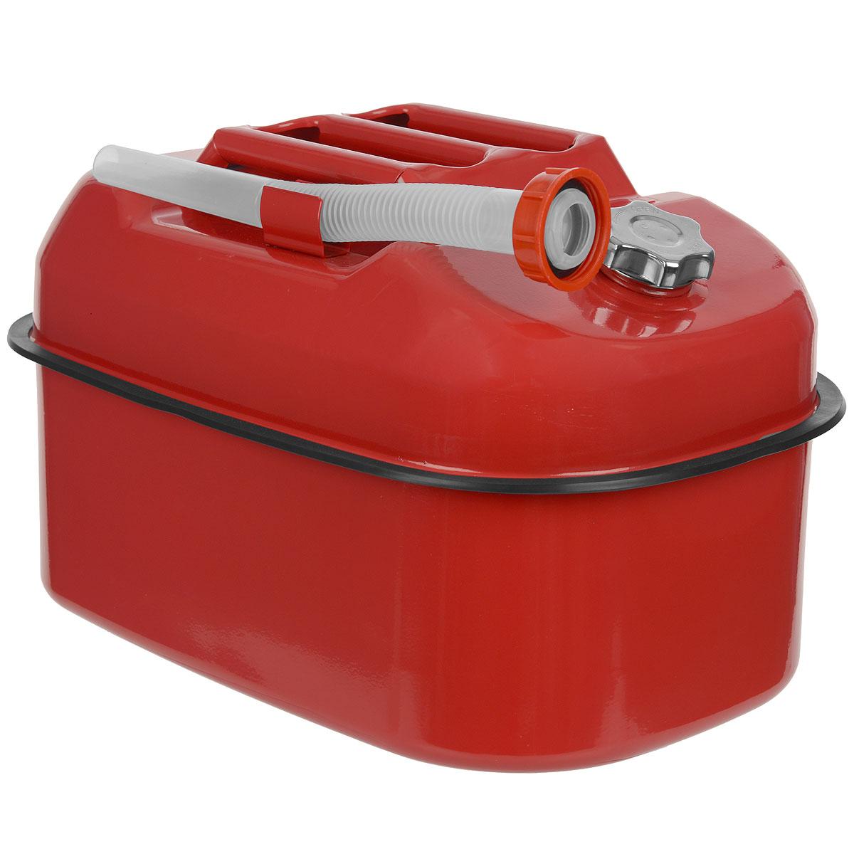 Канистра стальная Autoprofi, горизонтальная, 20 лKAN-500 (20L)Горизонтальная 20-литровая канистра Autoprofi особенно удобна для перевозки топлива в багажнике автомобиля, на квадроцикле, снегоходе или в катере. Горизонтальное распределение центра тяжести снижает риск опрокидывания емкости при транспортировке. Резиновый бортик канистры и отсутствие острых углов защищают от повреждений поверхность изделия и соседние предметы во время движения. Канистра изготовлена из оцинкованной стали, обладающей высокими антикоррозийными свойствами и устойчивостью к агрессивному воздействию залитого топлива. В верхнюю часть канистры встроен регулировочный клапан, который выравнивает давление воздуха внутри емкости с атмосферным, ускоряя процесс заливки и опорожнения. Также с канистрой поставляется длинная гофрированная трубка-лейка. С ее помощью удобно заливать топливо в горловину бака любой конфигурации.