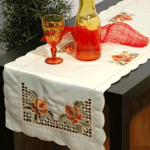 Дорожка для декорирования стола Schaefer, прямоугольная, цвет: кремовый, 40 x 140 см 05522-21105522-211Дорожка Schaefer выполнена из высококачественного полиэстера кремового цвета и украшена вышивкой в стиле ришелье и фестонами по краю. Вы можете использовать дорожку для декорирования стола, комода или журнального столика. Благодаря такой дорожке вы защитите поверхность мебели от воды, пятен и механических воздействий, а также создадите атмосферу уюта и домашнего тепла в интерьере вашей квартиры. Изделия из искусственных волокон легко стирать: они не мнутся, не садятся и быстро сохнут, они более долговечны, чем изделия из натуральных волокон.