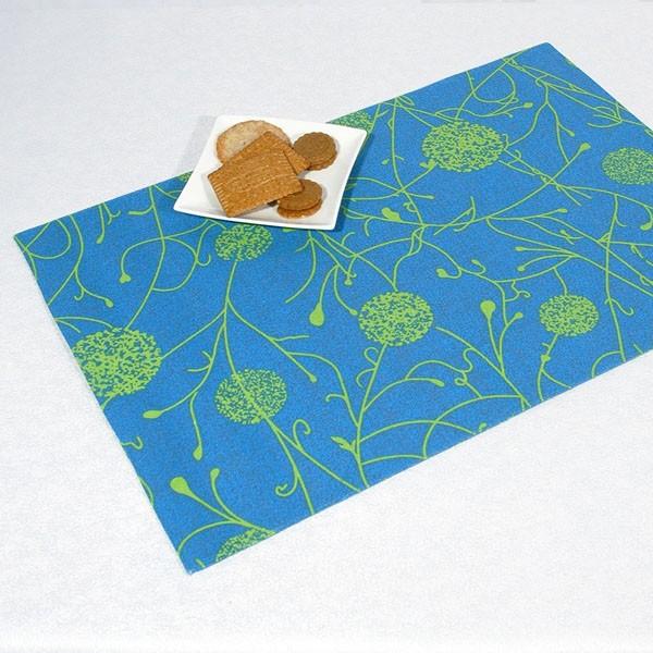 Салфетки под столовые приборы Schaefer, цвет: синий, 35 см х 50 см, 2 шт06651-303Хлопковые салфетки для сервировки стола, под столовые приборы Schaefer включает в себя две салфетки, выполненные из хлопка синего цвета. Салфетки двухсторонние, плотные, жесткие, хорошо держащие свою форму и защищают поверхность стола. Вы можете использовать салфетки для декорирования стола, комода, журнального столика. В любом случае они добавят в ваш дом стиля, изысканности и неповторимости и уберегут мебель от царапин и потертостей. Характеристики: Материал: 100% хлопок. Размер салфетки: 35 см х 50 см.. Комплектация: 2 шт. Цвет: синий. Немецкая компания Schaefer создана в 1921 году. На протяжении всего времени существования она создает уникальные коллекции домашнего текстиля для гостиных, спален, кухонь и ванных комнат. Дизайнерские идеи немецких художников компании Schaefer воплощаются в текстильных изделиях, которые сделают ваш дом красивее и уютнее и не останутся незамеченными вашими гостями. Дарите себе и близким...