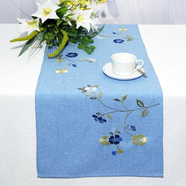 Дорожка для декорирования стола Schaefer, прямоугольная, цвет: синий, 40 x 140 см 07244-21107244-211Дорожка Schaefer выполнена из высококачественного полиэстера синего цвета и украшена вышивкой в виде васильков. Вы можете использовать дорожку для декорирования стола, комода или журнального столика. Благодаря такой дорожке вы защитите поверхность мебели от воды, пятен и механических воздействий, а также создадите атмосферу уюта и домашнего тепла в интерьере вашей квартиры. Изделия из искусственных волокон легко стирать: они не мнутся, не садятся и быстро сохнут, они более долговечны, чем изделия из натуральных волокон. Характеристики: Материал: 100% полиэстер. Размер: 40 см х 140 см. Цвет: синий. Немецкая компания Schaefer создана в 1921 году. На протяжении всего времени существования она создает уникальные коллекции домашнего текстиля для гостиных, спален, кухонь и ванных комнат. Дизайнерские идеи немецких художников компании Schaefer воплощаются в текстильных изделиях, которые сделают ваш дом красивее и уютнее и не...