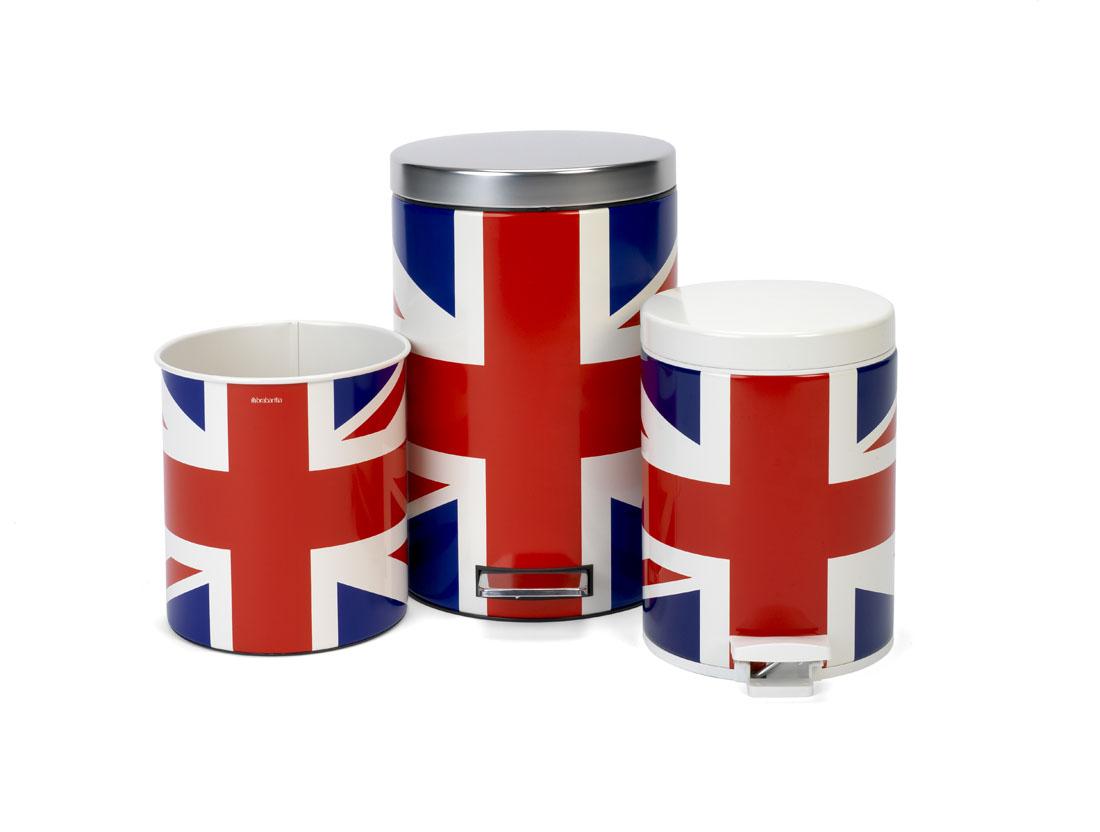 Бак мусорный Brabantia Классический. Union Jack, с педалью, 12 л479748Педальный бак Brabantia на 12 литров поистине универсален и идеально подходит для использования на кухне или в гостиной. Достаточно большой для того, чтобы вместить весь мусор, при этом достаточно компактный для того, чтобы аккуратно разместиться под рабочим столом. Предотвращает распространение запахов - прочная не пропускающая запахи металлическая крышка; Плавное и бесшумное открывание/закрывание крышки; Удобный в использовании - при открывании вручную крышка фиксируется в открытом положении, закрывается нажатием педали; Надежный педальный механизм, высококачественные коррозионно-стойкие материалы; Удобная очистка - прочное съемное внутреннее пластиковое ведро; Предохранение пола от повреждений - пластиковое защитное основание; Всегда опрятный вид - идеально подходящие по размеру мешки для мусора с завязками (размер C); 10-летняя гарантия Brabantia.