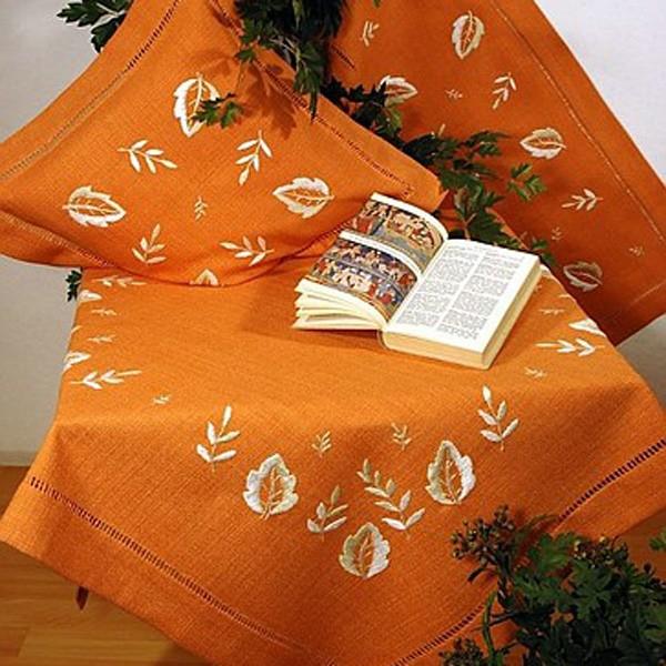 Скатерть Schaefer, квадратная, с вышивкой, цвет: оранжевый, 100 x 100 см6098/286-100*100Квадратная скатерть Schaefer, выполненная из полиэстера оранжевого цвета, оформлена фактурой под лен, украшена вышивкой белого цвета. Использование такой скатерти сделает застолье более торжественным, поднимет настроение гостей и приятно удивит их вашим изысканным вкусом. Также вы можете использовать эту скатерть для повседневной трапезы, превратив каждый прием пищи в волшебный праздник и веселье. Характеристики: Материал: 80% полиэстер, 20% вискоза. Размер: 100 см х 100 см. Цвет: оранжевый. Производитель: Германия. Немецкая компания Schaefer создана в 1921 году. На протяжении всего времени существования она создает уникальные коллекции домашнего текстиля для гостиных, спален, кухонь и ванных комнат. Дизайнерские идеи немецких художников компании Schaefer воплощаются в текстильных изделиях, которые сделают ваш дом красивее и уютнее и не останутся незамеченными вашими гостями. Дарите себе и близким красоту каждый день!