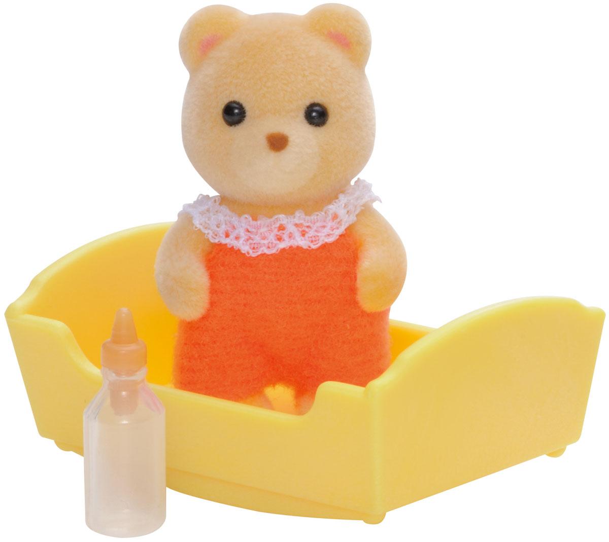Sylvanian Families Фигурка Малыш Медвежонок в люльке3424Игровой набор Sylvanian Families Малыш Медвежонок привлечет внимание вашей малышки и не позволит ей скучать. Набор включает в себя фигурку Медвежонка, одетого в оранжевый костюмчик, и аксессуары для него: желтую люльку и бутылочку для кормления. Фигурка животного выполнена из пластика и покрыта мягким приятным на ощупь флоком. Ваша малышка будет часами играть с набором, придумывая различные истории. Sylvanian Families - это целый мир маленьких жителей, объединенных общей легендой. Жители страны Sylvanian Families - это кролики, белки, медведи, лисы и многие другие. У каждого из них есть дом, в котором есть все необходимое для счастливой жизни. В городе, где живут герои, есть школа, больница, рынок, пекарня, детский сад и множество других полезных объектов. Жители этой страны живут семьями, в каждой из которой есть дети. В домах Sylvanian Families царит уют и гармония. Домашние животные радуют хозяев. Здесь продумана каждая мелочь, от одежды до...
