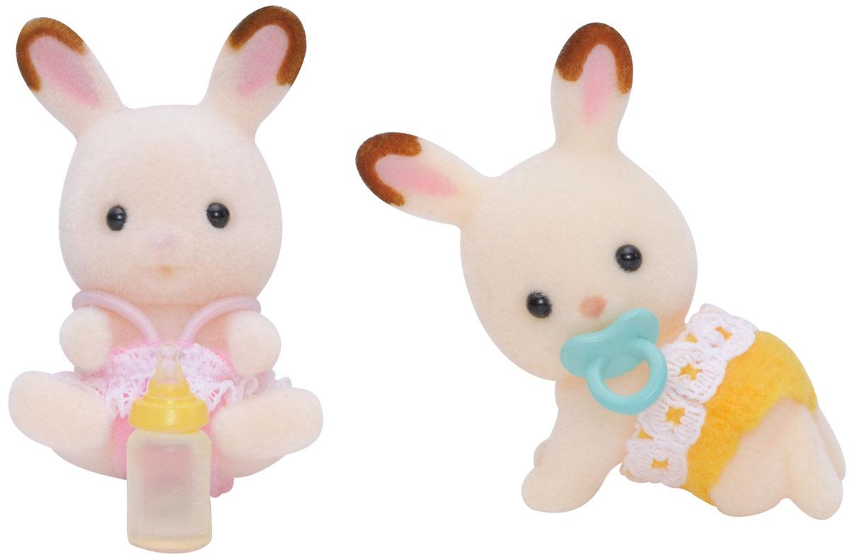Sylvanian Families Набор фигурок Шоколадные Кролики-двойняшки3217Игровой набор Sylvanian Families Шоколадные Кролики-двойняшки привлечет внимание вашей малышки и не позволит ей скучать. Набор включает в себя две фигурки кроликов в розовом и желтом костюмчиках и аксессуары для них: пустышку и бутылочку для кормления. Фигурки выполнены из пластика и покрыты мягким приятным на ощупь флоком. Ваша малышка будет часами играть с набором, придумывая различные истории. Sylvanian Families - это целый мир маленьких жителей, объединенных общей легендой. Жители страны Sylvanian Families - это кролики, белки, медведи, лисы и многие другие. У каждого из них есть дом, в котором есть все необходимое для счастливой жизни. В городе, где живут герои, есть школа, больница, рынок, пекарня, детский сад и множество других полезных объектов. Жители этой страны живут семьями, в каждой из которой есть дети. В домах Sylvanian Families царит уют и гармония. Домашние животные радуют хозяев. Здесь продумана каждая мелочь, от одежды до мебели и...