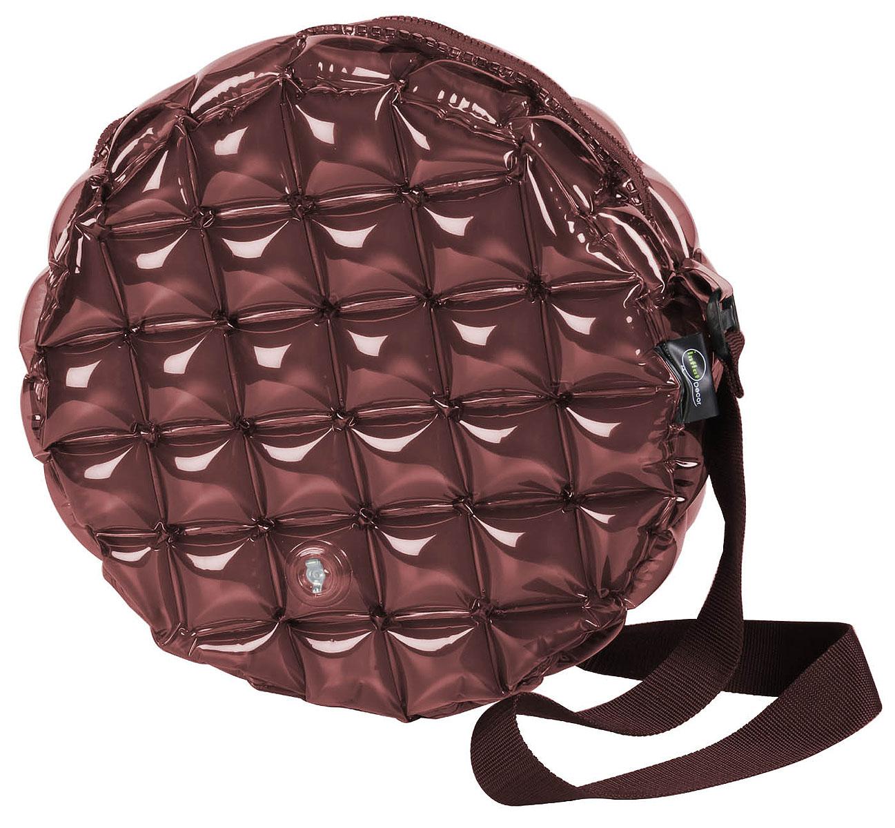 Сумка надувная Inflat Decor, цвет: шоколадный. 01210121 ChocolateЯркая надувная сумка - великолепный аксессуар на лето! Сумка круглой формы выполнена из ПВХ и снабжена ручкой из полиэстера. Модель закрывается на застежку-молнию. Сумка легко надувается при помощи мини-насоса (входит в комплект) или рта. В сдутом виде сумка очень компактна и не займет много места. Надувная сумка - отличное решение для летней прогулки.