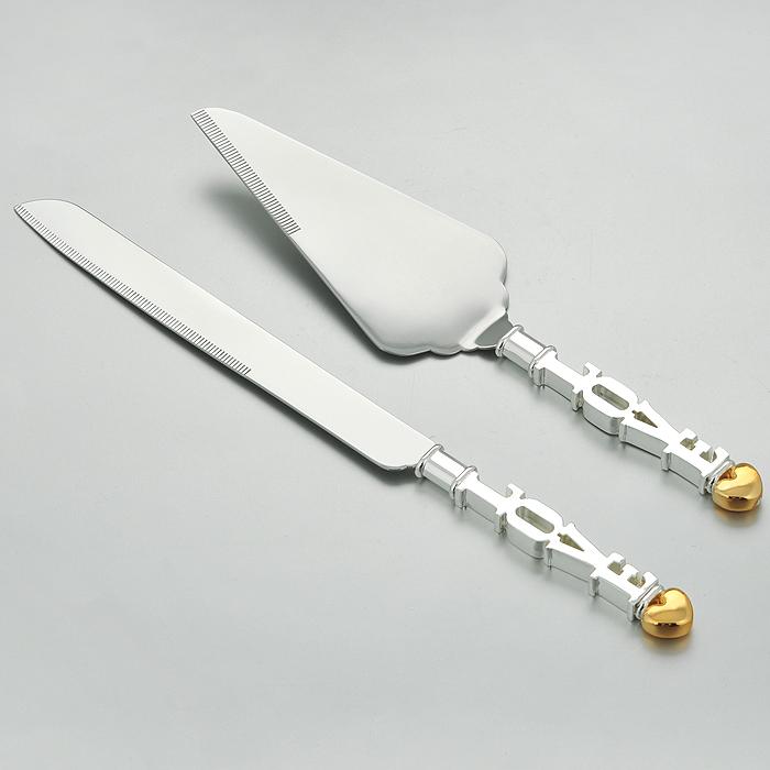 Набор сервировочный Marquis Love, 2 предмета. 7007-MR7007-MRСервировочный набор Marquis Love, выполненный из стали с серебряно-никелевым покрытием, состоит из лопатки для торта и ножа. Ручки набора оформлены оригинальным барельефом в виде букв LOVE и сердечка. Эксклюзивный дизайн, эстетичность и функциональность набора позволят ему занять достойное место среди кухонного инвентаря, а сервировка праздничного стола таким набором станет великолепным украшением любого торжества.