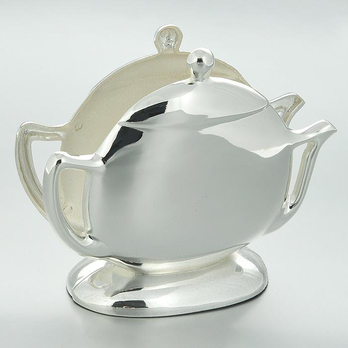 Салфетница Marquis Чайничек. 3046-MR3046-MRСалфетница Marquis Чайничек, выполненная из стали с серебряно-никелевым покрытием в форме чайничка. Дно салфетницы выполнено из черной бархатистой ткани, что не позволит ей скользить по поверхности. Лаконичность и изящество форм придают этой салфентице неповторимую изысканность. Эксклюзивный дизайн, эстетичность и функциональность делает ее незаменимой на любой кухне. Характеристики: Материал: сталь с серебряно-никелевым покрытием. Размер салфетницы: 13 см х 10 см х 4 см. Размер упаковки: 14,5 см х 6 см х 14,5 см. Артикул: 3046-MR.