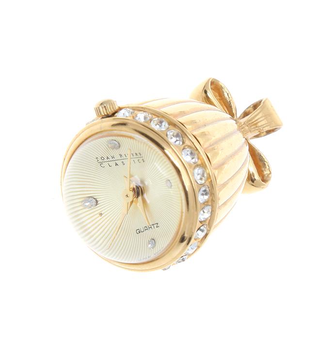 Подвеска-часы. Металл, стекло, стразы. Joan Rivers, США, 1990-е годыPD0132Подвеска-часы. Металл, стекло, стразы. Joan Rivers, США, 1990-е годы. Длина 4,5 см, ширина 2,5 см. Сохранность хорошая. Кварцевый часовой механизм. Часы в рабочем состоянии. Подвеска-часы выполнена в золотом тоне. Очень красивое и изысканное изделие. Украсьте свой внешний вид таким полезным аксессуаром! Основала компанию Джоан Сандра Молински - уроженка Нью-Йорка. Она работала на телевидении, принимала участие в популярных ток-шоу. В 1968 году на экраны вышел очень успешный фильм Пловец с её участием, а в 1986 году появилось её собственное телевизионное шоу: Позднее звездное шоу Джоан Риверс. Практически в это время она и занялась созданием ювелирных украшений собственного дизайна, в результате чего появилась коллекция украшений Classic Collection, которая до сих пор пользуется бешеной популярностью.