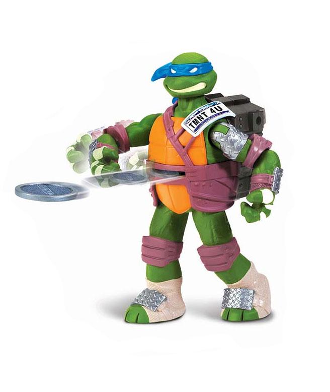 Фигурка Turtles Леонардо, с метательным механизмом, 15 см91101TФигурка Turtles Леонардо станет прекрасным подарком для вашего ребенка. Она выполнена из прочного пластика в виде персонажа команды TMNT - Черепашки-Ниндзя Леонардо. Голова, руки и ноги фигурки подвижны, что позволит придавать Леонардо различные позы. Фигурка оснащена метательным механизмом. Необходимо вставить входящие в набор диски в виде канализационных люков в отверстие в рюкзаке Леонардо и подвигать фигуркой из стороны в сторону. Люки запустятся автоматически. Ваш ребенок будет часами играть с этой фигуркой, придумывая различные истории с участием любимого героя. Они подверглись мутации и обучались искусству ниндзюцу у великого сэнсэя Сплинтера. Черепашки-Ниндзя готовы выбраться из своего секретного убежища и спасти мир от сил зла! Черепашки-Ниндзя впервые появились на страницах комиксов в далеких 80-х. Черепашки перебрались на телевидение по воле студии Murakami-Wolf-Swenson (MWS) и продолжали радовать своих поклонников в течение десяти лет (1987-1996). 5...