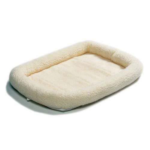 Лежанка для животных Midwest Quiet Time Natural, 58 см х 45 см40224Лежанка Midwest Quiet Time Natural, выполненная из ультрамягкой искусственной овчины, поддерживает температурный баланс вашего питомца и зимой и летом. Меховое покрытие позволяет лежанке выглядеть привлекательной даже в период линьки. Наполнитель выполнен из полиэстера, мягкая основа - из поликоттона. Лежанка идеальна для клеток, переносок, автомобилей. Легко складывается для хранения и перевозки. Изделие можно стирать в стиральной машине.