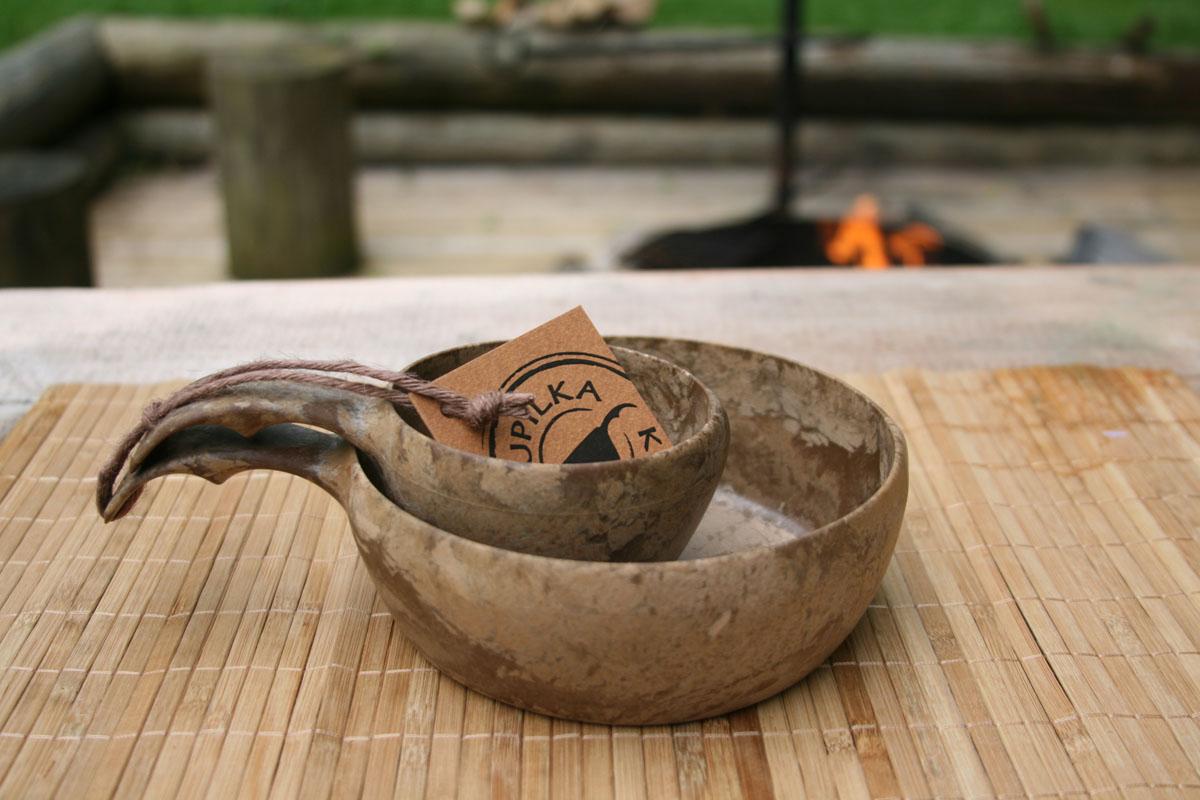 Набор посуды Kupilka, цвет: коричневый, 2 предмета. KUP2155KUP2155Набор Kupilka, изготовленный из биоматериала, состоит из миски и чашки. Этот материал представляет собой термопластичный природный волокнистый композит, который состоит из 50% древесины (сосновое волокно) и 50% пластика. Набор понравится людям, ведущим активный образ жизни, заядлым туристам и экстремалам. Мини- набор всегда будет кстати в походе или на природе. Этот набор не требует большого ухода и не впитывает запахи, не чувствителен к влажности, его можно мыть в посудомоечной машине. Данная продукция позволит вам пообедать на воздухе, или просто украсит вашу кухню. Кроме того этот набор так же пригоден для вторичной переработки. В конце ее срока службы, продукт может быть измельчен и отлит заново. Все товары Kupilka обладают малым весом, высокой прочностью и отлично подходят для походных условий (достаточно промыть посуду теплой водой). Рекомендуемая температура для использования от -30 °C до +100 °C. Продукция Kupilka соответствует самым...