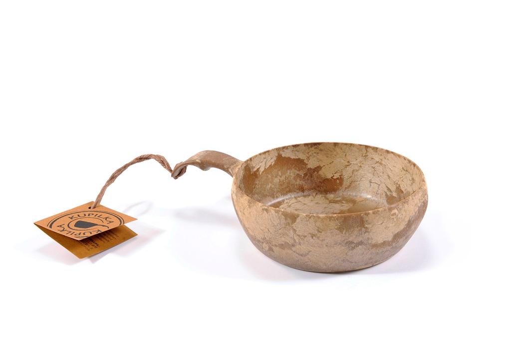 Миска Kupilka 55, цвет: коричневый, 550 млKUP55Миска Kupilka изготовлена из биоматериала. Этот материал представляет собой термопластичный природный волокнистый композит, который состоит из 50% древесины (сосновое волокно) и 50% пластика. Эта миска не требует большого ухода и не впитывает запахи, не чувствительна к влажности, ее можно мыть в посудомоечной машине. Продукция Kupilka обладает высокой прочностью и отлично подходит для походных условий (достаточно промыть ее теплой водой). Данная продукция позволит вам пообедать на воздухе, или просто украсит вашу кухню. Кроме того эта миска так же пригодна для вторичной переработки. В конце ее срока службы, продукт может быть измельчен и отлит заново. Рекомендуемая температура для использования от -30 °C до +100 °C.