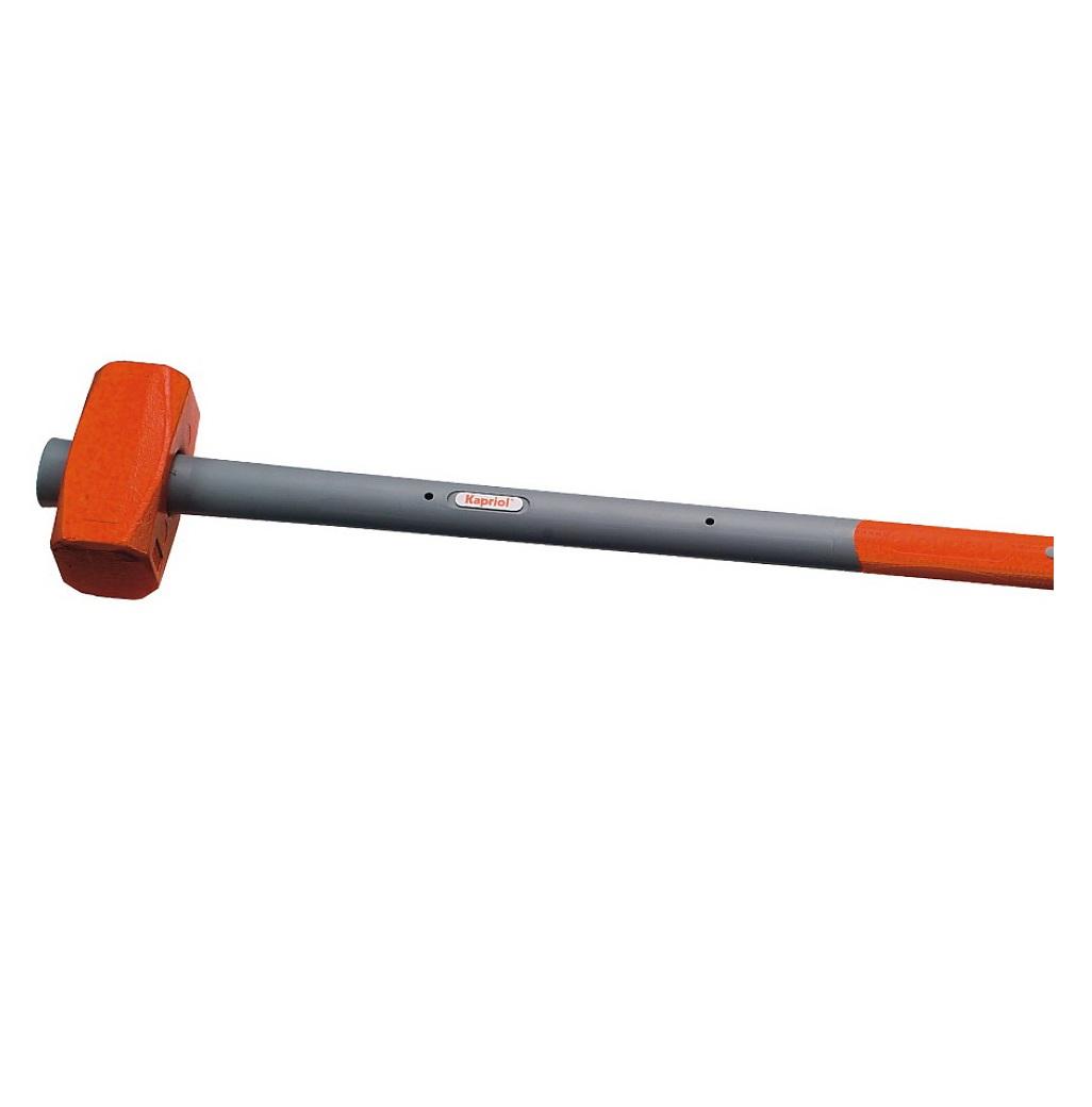 Кувалда Kapriol, фиберглассовая рукоятка, длина 90 см, 4 кг12302Кувалда Kapriol Sledge Hammer с длинной фиберглассовой рукояткой (90 см) предназначена для нанесения исключительно сильных ударов при обработке металла, на демонтаже и монтаже конструкций. Особенности кувалды: Материал головки кувалды - легированная сталь с присадками никеля, хрома и молибдена, что обеспечивает высокую прочность и вязкость; Термическая обработка головки повышает ударопрочность и увеличивает срок службы; Поверхностный слой головки закален, что обеспечивает высокую твердость молотка; Фиберглассовый корпус рукоятки обеспечивает инструменту максимальную надежность; Эргономичный прорезиненный чехол рукоятки выполняет функцию вибропоглощения; Рукоятка имеет форму соответствующую очертаниям руки, что повышает точность удара и снижает усталость при работе.