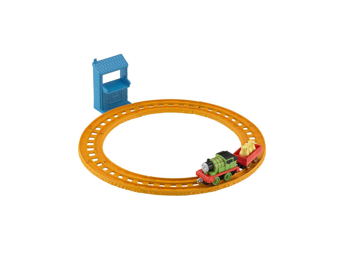 Thomas&Friends Collectors Базовый игровой набор Перси доставляет почтуBLN89/BHR93Базовый игровой набор Thomas&Friends Перси доставляет почту привлечет внимание вашего ребенка и не позволит ему скучать. В набор входят элементы для сборки железной дороги, почтовый пункт, посылка в виде трех мешочков и паровозик Перси с дополнительным вагончиком. Ваш ребенок часами будет играть с набором, придумывая разные истории!