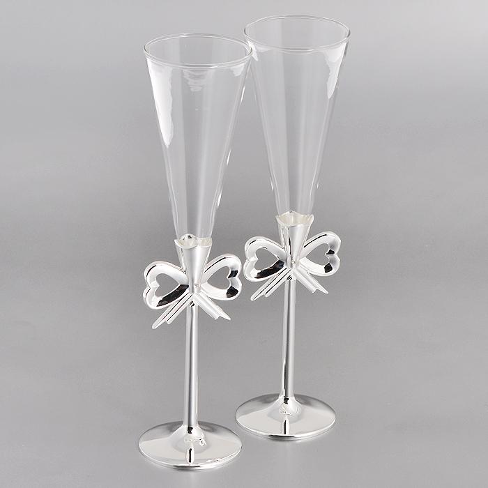 Набор бокалов Marquis, 2 шт. 7017-MR7017-MRНабор Marquis состоит из двух бокалов на высоких ножках. Бокалы выполнены из стекла. Изящные тонкие ножки, изготовленные из стали с серебряно-никелевым покрытием, оформлены перфорацией в виде бантика и украшены белыми стразами. Бокалы идеально подойдут для шампанского. Такой набор станет прекрасным дополнением романтического вечера. Изысканные изделия необычного оформления понравятся и ценителям классики, и тем, кто предпочитает утонченность и изысканность.