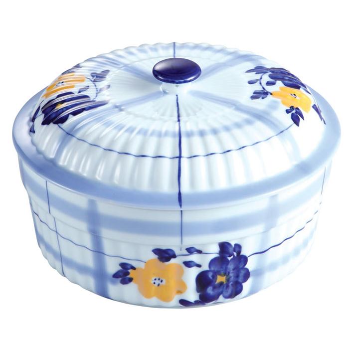 Кастрюля керамическая Bekker с крышкой, 1,8 лBK-7312Кастрюля Bekker изготовлена из жаропрочной керамики бело-голубого цвета и оформлена цветочным рисунком. Керамическая посуда обладает особыми преимуществами: она обеспечивает равномерное приготовление блюд по всему объему и долго сохраняет тепло. Приготовленная в такой посуде пища сохраняет все витамины и питательные вещества. К тому же блюда получаются вкуснее, так как в такой кастрюле можно не только пожарить или отварить продукт, но и потомить на медленном огне (например, плов). Кастрюля оснащена керамической крышкой. Кастрюля прекрасно подойдет для запекания и тушения овощей, мяса и других блюд, а оригинальный дизайн и яркое оформление украсят ваш стол. Можно использовать в духовом шкафу, микроволновой печи, а также для хранения продуктов в холодильнике. Пригодна для мойки в посудомоечной машине. Характеристики: Материал: керамика. Объем: 1,8 л. Внутренний диаметр кастрюли: 20,5 см. Высота стенки: 8,5 см. Толщина стенки:...