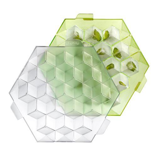 Форма для льда Lekue Кубики, цвет: салатовый0250500V05C004Форма для льда Lekue Кубики выполнена из пищевого пластика абсолютно безопасного для здоровья. Верхняя крышка формы прозрачна, а нижняя салатового цвета. Форма имеет 19 ячеек общим объемом 250 мл. Любой алкогольный или безалкогольный коктейль получает более изысканный и свежий вкус, если в него добавить пару кубиков льда. Кубиков, а не бесформенных ледышек, которые получаются из стандартных формочек, входящих в комплект любого холодильника. Только форма для льда Кубики позволяет получать лед идеальной геометрической формы. А объема каждой секции вполне достаточно для того, чтобы дополнить кубик льда кусочками цедры, листком мяты или другим ингредиентом по вкусу! Просто уложите на дно ячеек ингредиенты, залейте их водой, холодным кофе или другим напитком, закройте крышку тремя надежными фиксаторами и ставьте в морозильник, не боясь пролить содержимое. Лед из формы Кубики освежит даже самую горячую вечеринку!