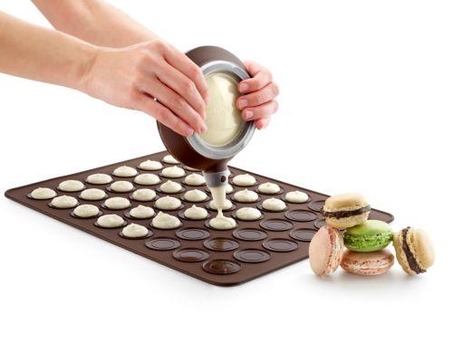 Набор Lekue для приготовления лакомства Макарун, 8 предметов3000001SURM017Набор Lekue, предназначенный для приготовления французского лакомства Макарун, состоит из коврика- трафарета, декоратора и 6 насадок. Коврик-трафарет выполнен из силикона и предназначен для выпекания маленьких пирожных-макарун. На одном листе расположено 48 круглых ячеек. Силиконовые формы выдерживают высокие и низкие температуры (от -60°С до +220°С). Они эластичны, износостойки, легко моются, не горят и не тлеют, не впитывают запахи, не оставляют пятен. Силикон абсолютно безвреден для здоровья. С помощью силиконового декоратора вы сможете начинить кремом и украсить пирожные. В комплект входит шесть 6 фигурных насадок. Предметы набора можно мыть в посудомоечной машине.