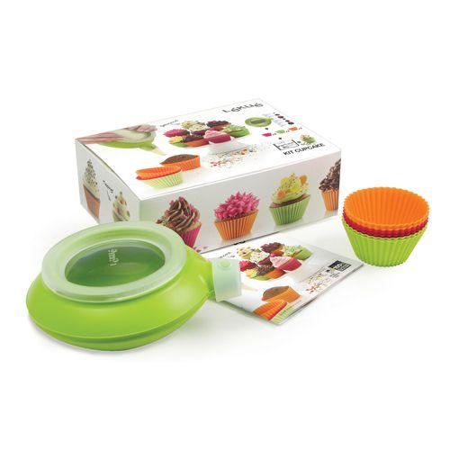 Набор Lekue Kit Cupcake: 6 силиконовых формочек + декоратор Decomax. 3000004SURM0173000004SURM017Набор включает в себя 6 формочек для кексов из силикона и декоратор Decomax. Формы для выпечки с рифлеными краями выполнены из силикона зеленого, оранжевого и розового цветов и предназначены для изготовления кексов, выпечки, желе, льда, мороженого и др. С помощью таких форм любой день можно превратить в праздник и порадовать детей. Декоратор Lekue Decomax выполнен из силикона и имеет очень удобную конструкцию, позволяющую сменить наконечник- дозатор в процессе украшения блюда. В качестве материала для росписи могут использоваться кремы, сахарная глазурь, кетчуп, майонез, соус, которые легко набираются в декоратор. Благодаря тому, что декоратор плотно закрывается крышкой, его можно положить в холодильник на хранение или охладить наполнитель в случае необходимости. Характеристики: Материал: силикон, пластик. Размер формы: 8 см х 4,5 см х 5 см. Комплектация формочек: 6 шт. Размер декоратора (без учета насадок): 15 см х 8 см х 15 см. ...