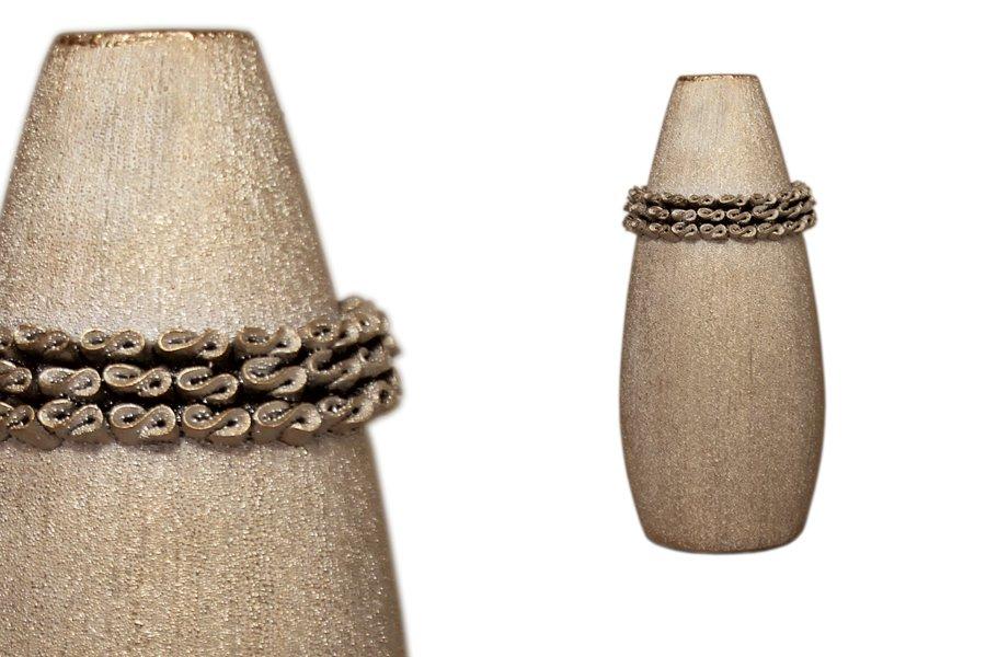 Ваза для цветов SDJ Касабланка, цвет: бронзовый, высота 32 смSDJ-29-601371-1-ALВаза для цветов SDJ Касабланка изготовлена из керамики и украшена рельефными вставками. Ваза бронзового цвета имеет изящный дизайн. Такая оригинальная ваза прекрасно оформит интерьер дома или офиса. Высота вазы: 32 см. Размер по верхнему краю: 5 см х 3,5 см. Размер основания: 10,5 см х 7 см.