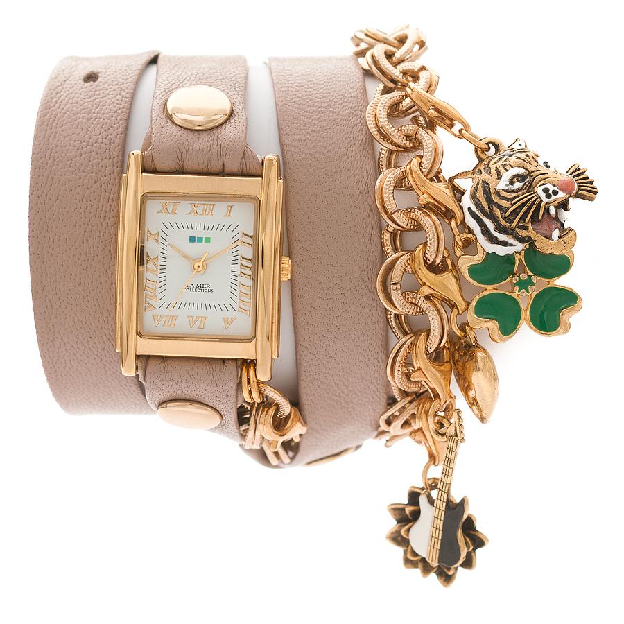 Часы наручные женские La Mer Collections Charm Lucky Nude. LMCHARM001CLMCHARM001CЧасы оснащены японским кварцевым механизмом. Корпус прямоугольной формы выполнен из нержавеющей стали золотистого цвета. Оригинальный кожаный ремешок бежевого цвета отделан металлическими клепками и дополнен цепочкой с декоративными элементами. Каждая модель женских наручных часов La Mer Collections имеет эксклюзивный дизайн, в основу которого положено необычное сочетание классических циферблатов с удлиненными кожаными ремешками. Оборачиваясь вокруг запястья несколько раз, они образуют эффект кожаного браслета, превращая часы в женственный аксессуар, который великолепно дополнит другие аксессуары и весь образ в целом. Дизайн La Mer Collections отвечает всем последним тенденциям моды и превосходно сочетается с модными сумками, ремнями, обувью и другими элементами гардероба современных девушек. Часы La Mer - это еще и отличный подарок любимой девушке, сестре или подруге на день рождения, восьмое марта или новый год! Характеристики: Механизм:...