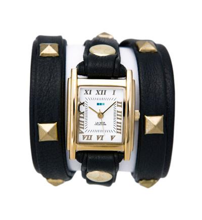 Часы наручные женские La Mer Collections Pyramid Stud Black Gold. LMLW1010ALMLW1010AЧасы оснащены японским кварцевым механизмом. Корпус круглой формы выполнен из нержавеющей стали золотистого цвета. Оригинальный кожаный ремешок черного цвета отделан металлическими клепками. Каждая модель женских наручных часов La Mer Collections имеет эксклюзивный дизайн, в основу которого положено необычное сочетание классических циферблатов с удлиненными кожаными ремешками. Оборачиваясь вокруг запястья несколько раз, они образуют эффект кожаного браслета, превращая часы в женственный аксессуар, который великолепно дополнит другие аксессуары и весь образ в целом. Дизайн La Mer Collections отвечает всем последним тенденциям моды и превосходно сочетается с модными сумками, ремнями, обувью и другими элементами гардероба современных девушек. Часы La Mer - это еще и отличный подарок любимой девушке, сестре или подруге на день рождения, восьмое марта или новый год!