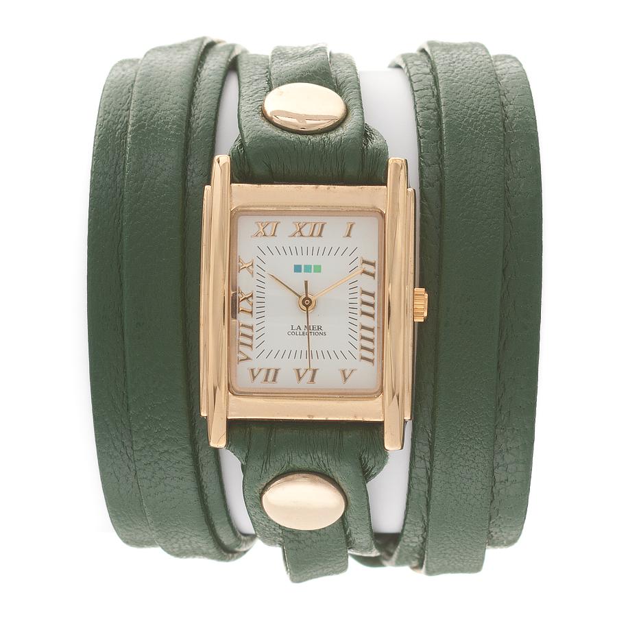 Часы женские наручные La Mer Collections Layer Emerald. LMLW2000LMLW2000Женские наручные часы Simple Layer Violet позволят вам выделиться из толпы и подчеркнуть свою индивидуальность. Часы оснащены японским кварцевым механизмом SEIKO. Ремешок, состоящий их двух слоев, выполнен из натуральной итальянской кожи с матовой поверхностью. Корпус часов изготовлен из сплава металлов золотистого цвета. Циферблат оснащен часовой, минутной и секундной стрелками и защищен минеральным стеклом. Циферблат оформлен римскими цифрами и отметками. Часы застегиваются на классическую застежку. Часы хранятся на специальной подушечке в футляре из искусственной кожи, крышка которого оформлена логотипом компании La Mer Collection.