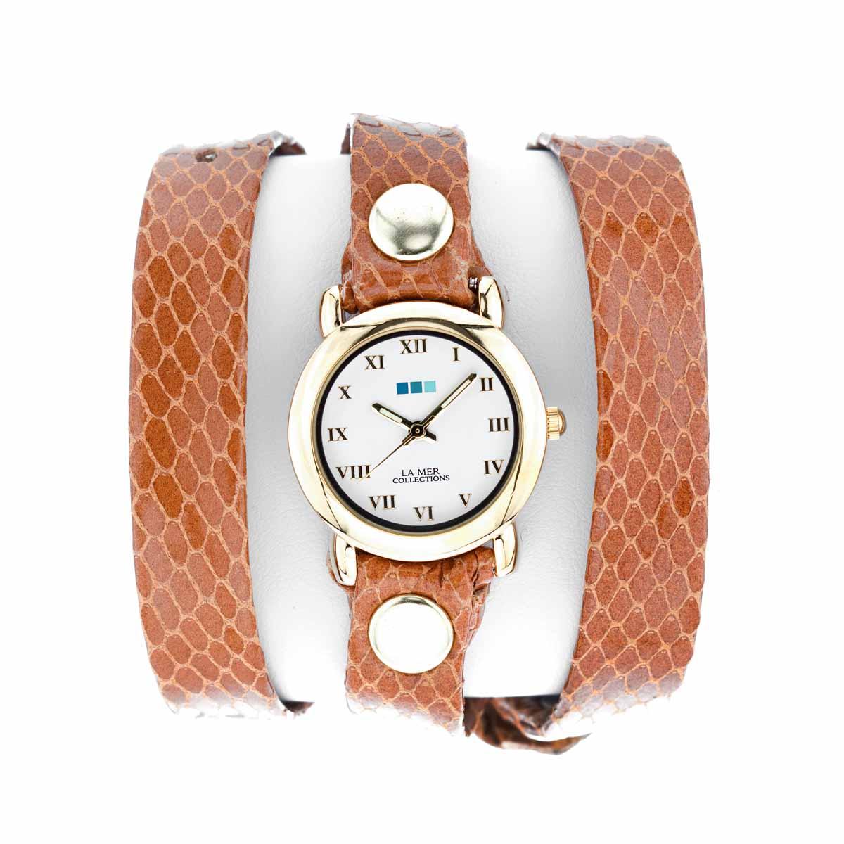 Часы женские наручные La Mer Collections Simple Caramel Snake Gold Round. LMSTW6006LMSTW6006Женские наручные часы Simple Caramel Snake Gold Round позволят вам выделиться из толпы и подчеркнуть свою индивидуальность. Часы оснащены японским кварцевым механизмом SEIKO. Ремешок выполнен из натуральной итальянской кожи с глянцевой поверхностью и оформлен декоративным тиснением, имитирующим змеиную кожу. Корпус часов изготовлен из сплава металлов золотистого цвета. Циферблат оснащен часовой, минутной и секундной стрелками и защищен минеральным стеклом. Часовая и минутная стрелки светятся в темноте. Циферблат оформлен римскими цифрами. Часы застегиваются на классическую застежку. Часы хранятся на специальной подушечке в футляре из искусственной кожи, крышка которого оформлена логотипом компании La Mer Collection.