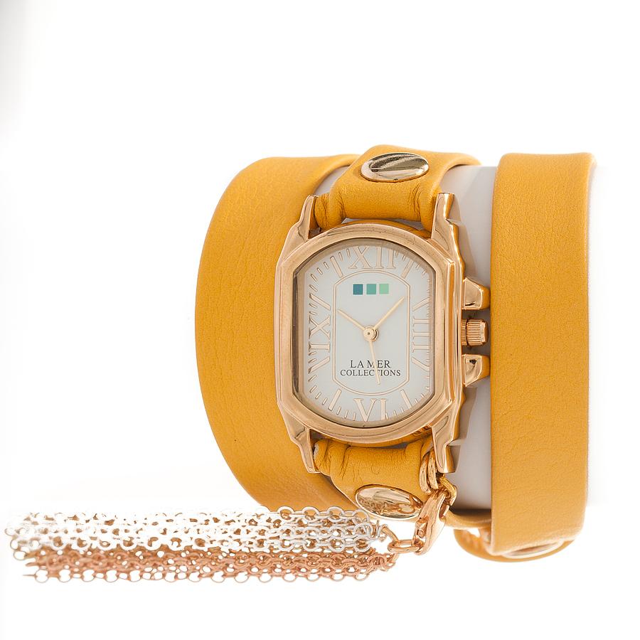 Часы наручные женские La Mer Collections Charm Tassle Cornflowe. LMTASSLE001CLMTASSLE001CЧасы оснащены японским кварцевым механизмом. Корпус прямоугольной формы выполнен из нержавеющей стали золотистого цвета. Оригинальный кожаный ремешок желтого цвета отделан металлическими клепками. Каждая модель женских наручных часов La Mer Collections имеет эксклюзивный дизайн, в основу которого положено необычное сочетание классических циферблатов с удлиненными кожаными ремешками. Оборачиваясь вокруг запястья несколько раз, они образуют эффект кожаного браслета, превращая часы в женственный аксессуар, который великолепно дополнит другие аксессуары и весь образ в целом. Дизайн La Mer Collections отвечает всем последним тенденциям моды и превосходно сочетается с модными сумками, ремнями, обувью и другими элементами гардероба современных девушек. Часы La Mer - это еще и отличный подарок любимой девушке, сестре или подруге на день рождения, восьмое марта или новый год!
