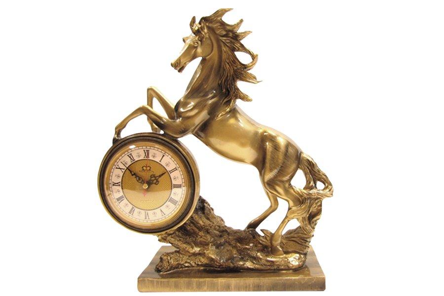 Часы настольные Lisheng Лошадь. LI-963BK-ALLI-963BK-ALНастольные кварцевые часы Lisheng Лошадь изготовлены из полистоуна бронзового цвета. Изделие выполнено в виде коня. Циферблат круглой формы оформлен римскими цифрами и защищен стеклом. Часы имеют две стрелки часовую и минутную. Настольные часы оригинального дизайна прекрасно оформят интерьер дома или рабочий стол в офисе. Размер часов (ДхШхВ): 37 см х 13,5 см х 42 см. Диаметр циферблата: 13 см. Размер подставки (ДхШ): 26 см х 13,5 см. Часы работают от одной батарейки типа АА мощностью 1,5V (не входит в комплект).