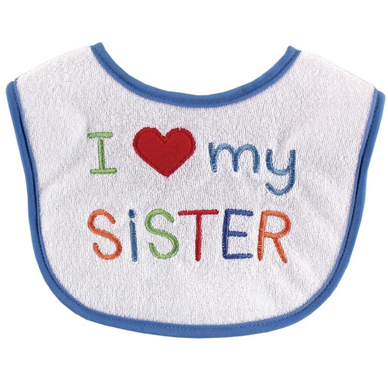 Нагрудник Сестренка, цвет: белый, голубой00223 сестренкаЯркий нагрудник Сестренка защитит одежду вашего малыша во время прорезывания зубов или в тех случаях, когда он случайно что-то прольет, опрокинет или неаккуратно поест. Нагрудник белого цвета с голубой окантовкой выполнен из мягкого, приятного на ощупь хлопка, который прекрасно впитывает влагу. Лицевая сторона оформлена вышивкой в виде надписи I love my sister. Застегивается нагрудник на липучку.