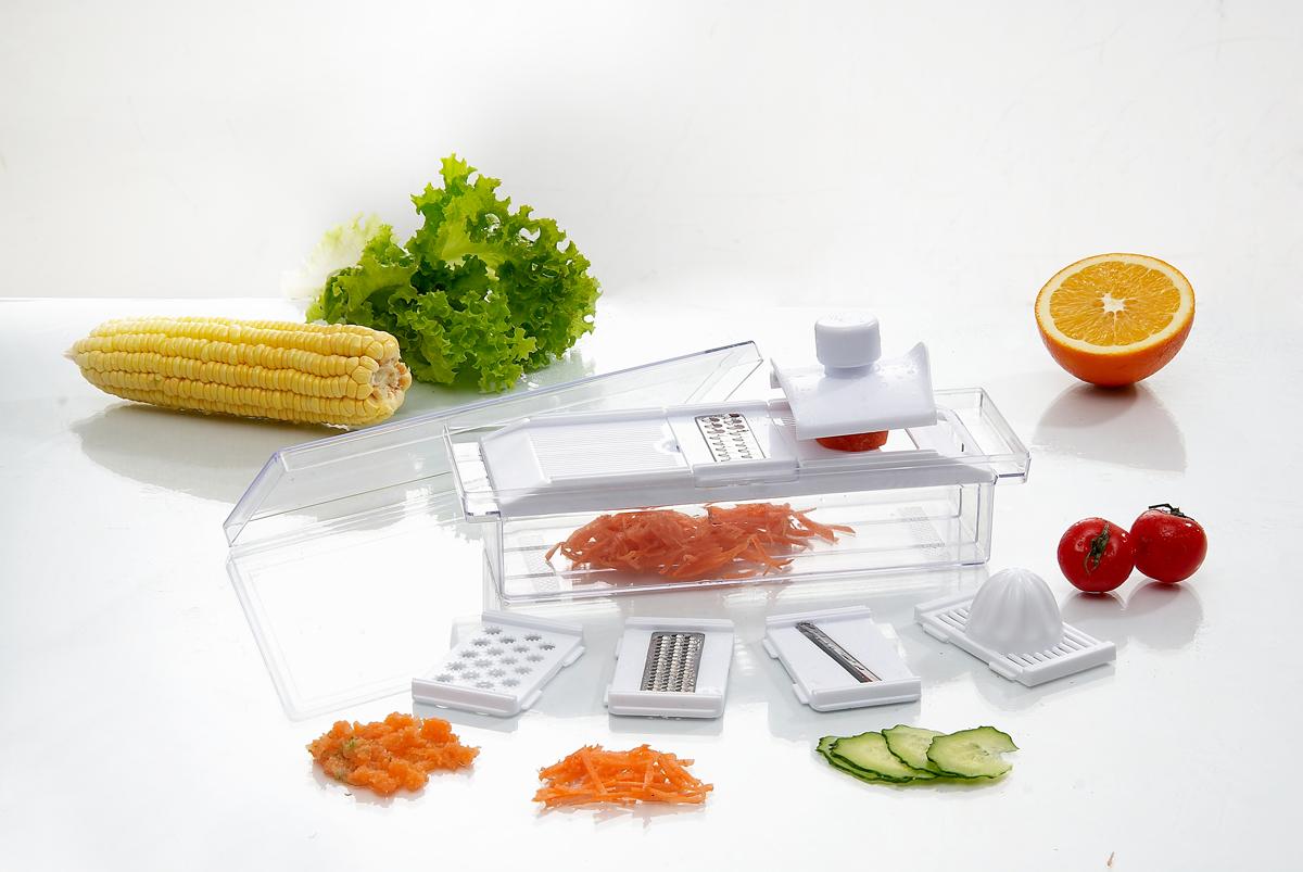 Мини-терка многофункциональная, механическаяB642Многофункциональная мини-терка с пластиковым контейнером замечательно справляется с нарезкой овощей, фруктов, грибов и множеством других кулинарных ингредиентов. Идеальна для приготовления овощных и фруктовых пюре. Корпус терки выполнен из прочного пластика белого цвета, лезвия - из высококачественной нержавеющей стали. К терке прилагается держатель, который жестко удерживает продукты в рабочем положении и защищает руки от возможных порезов и повреждений. В комплект входит 5 насадок: - насадка с соковыжималкой; - насадка для нарезки ломтиками; - насадки для мелкой шинковки; - насадки для крупной шинковки; - насадка для овощных и фруктовых пюре. Уже нарезанные овощи, фрукты или сыр собираются в контейнер, а потом легко и быстро пересыпаются в нужную емкость. Удобная, продуманная конструкция терки, прочные детали и простота в использовании, сделают ее вашей кухонной любимицей. Рекомендуется ручная чистка. ...