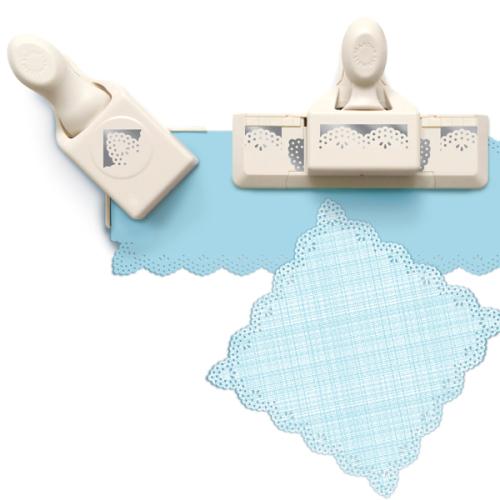 Набор фигурных дыроколов Martha Stewart Винтажная салфетка, край и угол, 2 шт. EKS-42-60066EKS-42-60066Набор включает 2 фигурных дырокола Martha Stewart, которые позволяют создать фигурный край вокруг листа. Угол и край могут использоваться отдельно. Используются для создания оригинальных открыток, оформления подарков, в бумажном творчестве. Порядок работы: вставьте лист в дырокол и надавите рычаг, сдвиньте дырокол вдоль листа до совпадения вырубки с рисунком и надавите на рычаг снова.