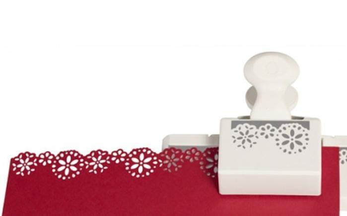 Фигурный дырокол для края Martha Stewart Винтаж. EKS-42-70015EKS-42-70015Фигурный дырокол для края Винтаж используется для создания оригинальных открыток, оформления подарков, в бумажном творчестве. Прекрасный подарок для ребенка. Порядок работы: вставьте лист в дырокол и надавите рычаг, сдвиньте дырокол вдоль края листа до совпадения вырубки с рисунком и надавите на рычаг снова.
