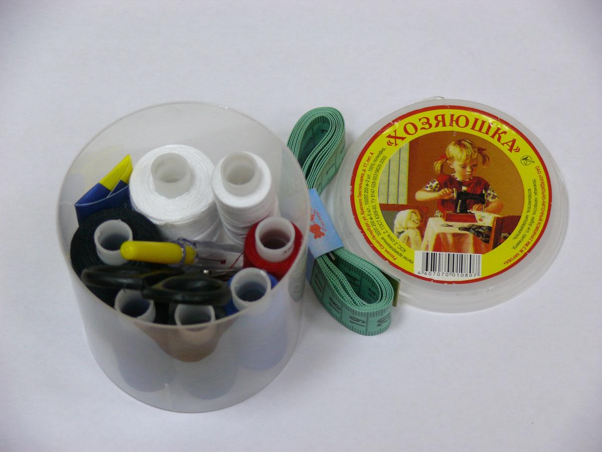 Набор швейных ниток Хозяюшка, 35 ЛЛ, 100 ЛЛ, 200 м, 7 бобин0171304601778Набор состоит из 7 бобин со швейными нитками разных цветов 35 ЛЛ 200 м - 5 бобин, 100 ЛЛ 200 м - 2 бобины, ножниц, набор игл, сантиметр, вспарыватель, нитковдеватель . Нитки изготовлены из 100% полиэфира, армированные. Характеристики: Количество сложений: 2.