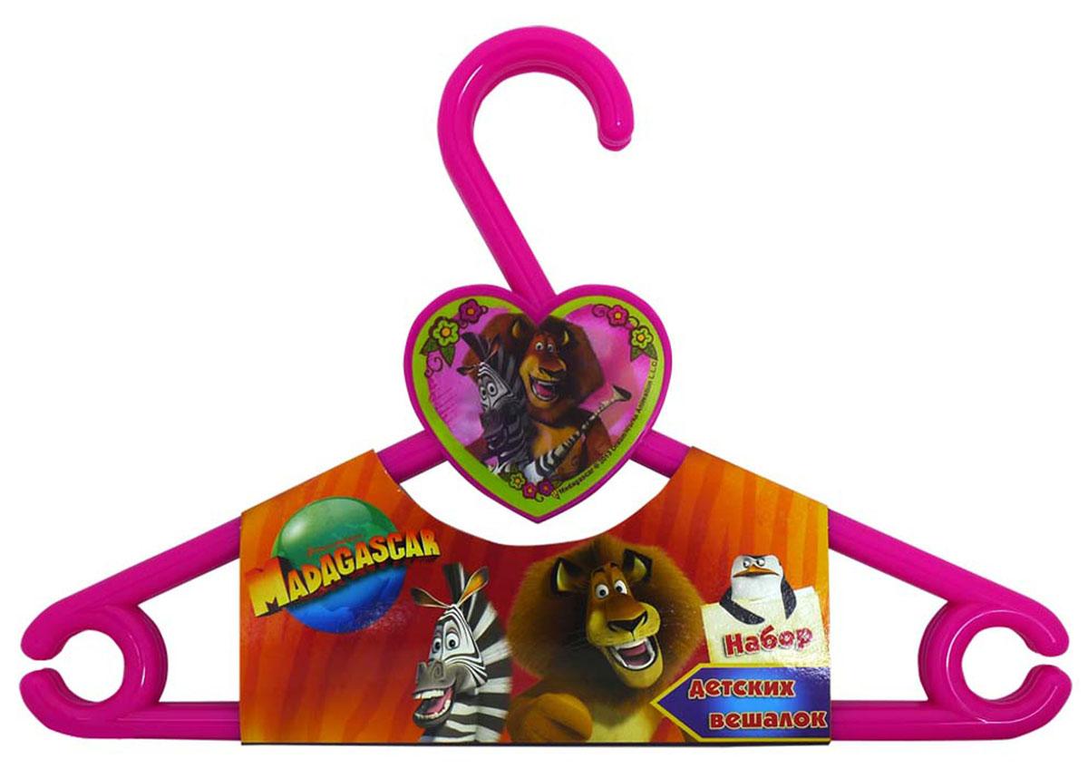 Набор вешалок Мадагаскар, цвет: малиновый, 3 шт777MDНабор Мадагаскар состоит из трех вешалок, предназначенных для детской одежды. Вешалки выполнены из безопасного прочного пластика и оформлены варио изображениями героев популярного мультфильма Мадагаскар. Благодаря специальной пластиковой линзе изображения меняются одно на другое под разным углом зрения! Каждая вешалка снабжена нижней перекладиной и боковыми крючками. Вешалка - это незаменимая вещь для того, чтобы одежда вашего ребенка всегда оставалась в хорошем состоянии и опрятном виде.