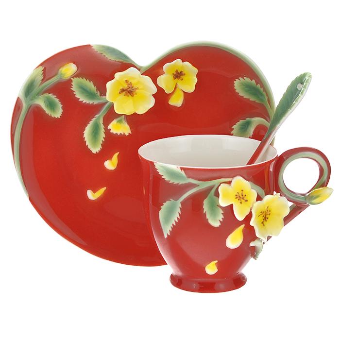 Чайная пара Lillo Шиповник, с ложкой71211Чайная пара Lillo Шиповник, изготовленная из высококачественной керамики, доставит истинное удовольствие ценителям прекрасного. Набор состоит из чашки, блюдца и чайной ложки. Чайная пара выполнена в красном цвете и украшена объемными керамическими цветами желтого цвета. Красочность оформления придется по вкусу и ценителям классики, и тем, кто предпочитает утонченность и изысканность. Набор упакован в стильную подарочную коробку из плотного картона. Внутренняя часть коробки задрапирована белым атласом, и каждый предмет надежно крепится в определенном положении благодаря особым выемкам. Предметы набора нельзя мыть в посудомоечной машине.