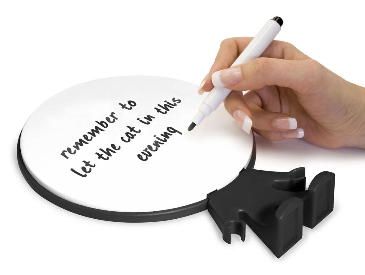 Доска для записей Big Head, цвет: белый, черныйjme-018Персональная доска для записей Big Head - оригинальная вещь для ежедневных посланий родным и близким. Доска выполнена в виде человечка, на голове которого можно оставлять записи. В комплекте маркер для письма. Записи легко стираются специальной губкой на колпачке маркера или обычной салфеткой. Такую доску можно поставить на столе или в любом другом удобном месте.