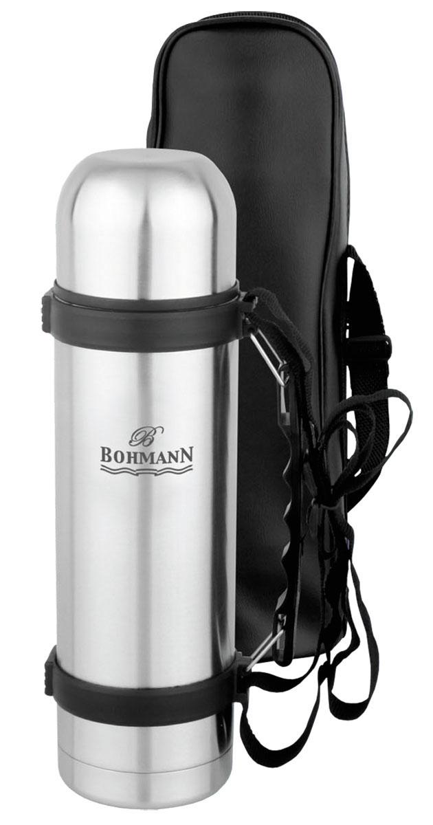Термос Bohmann с чехлом, 1 л. 4100BH4100BHТермос Bohmann, изготовленный из высококачественной нержавеющей стали 18/10, является простым в использовании, экономичным и многофункциональным. Изделие оснащено двойными стенками, удобной ручкой, крышкой-чашкой и чехлом. Термос предназначен для хранения горячих и холодных напитков (чая, кофе) и укомплектован вакуумной крышкой с кнопкой. Такая крышка удобна в использовании. Она препятствует проливанию жидкости и позволяет, не отвинчивая ее, наливать напитки после простого нажатия. Легкий и прочный термос Bohmann сохранит ваши напитки горячими или холодными надолго.