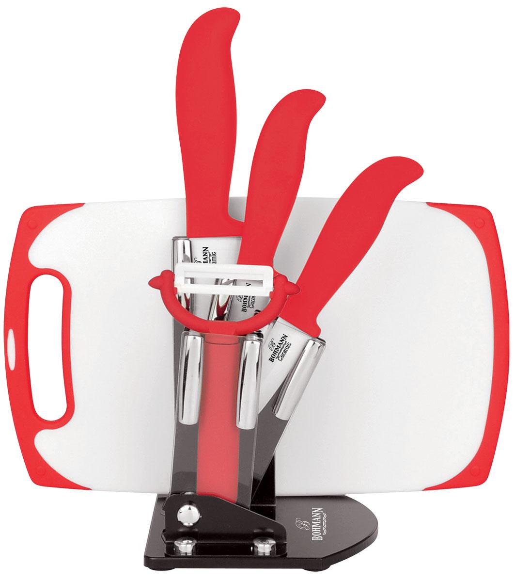 Набор ножей Bohmann, на подставке, 6 предметов. 5234BH5234BHНабор Bohmann состоит из ножа шеф-повара, универсального ножа, ножа для чистки овощей, овощечистки, подставки и разделочной доски. Лезвия ножей изготовлены из керамики, благодаря чему обладают сверхвысокой твердостью и износостойкостью. Резать без заточки таким ножом можно долгие годы, на нем не появляются царапины, и при этом он ощутимо легче стального. Керамика не оставляет на продуктах неприятного металлического послевкусия. Продукты, которые вы нарезаете керамическим ножом, не вступают в химическую реакцию, не окисляются и не намагничиваются - то есть сохраняют все свои полезные свойства. Полимерное покрытие препятствует прилипанию продуктов к лезвиям. Эргономичные бакелитовые рукоятки с эффектом Soft-Touch позволят держать нож свободно и максимально удобно. Нарезать продукты или чистить овощи теперь станет намного проще. Подставка изготовлена из прозрачного акрила, на дне имеются резиновые ножки для предотвращения скольжения по поверхности стола. В комплекте...