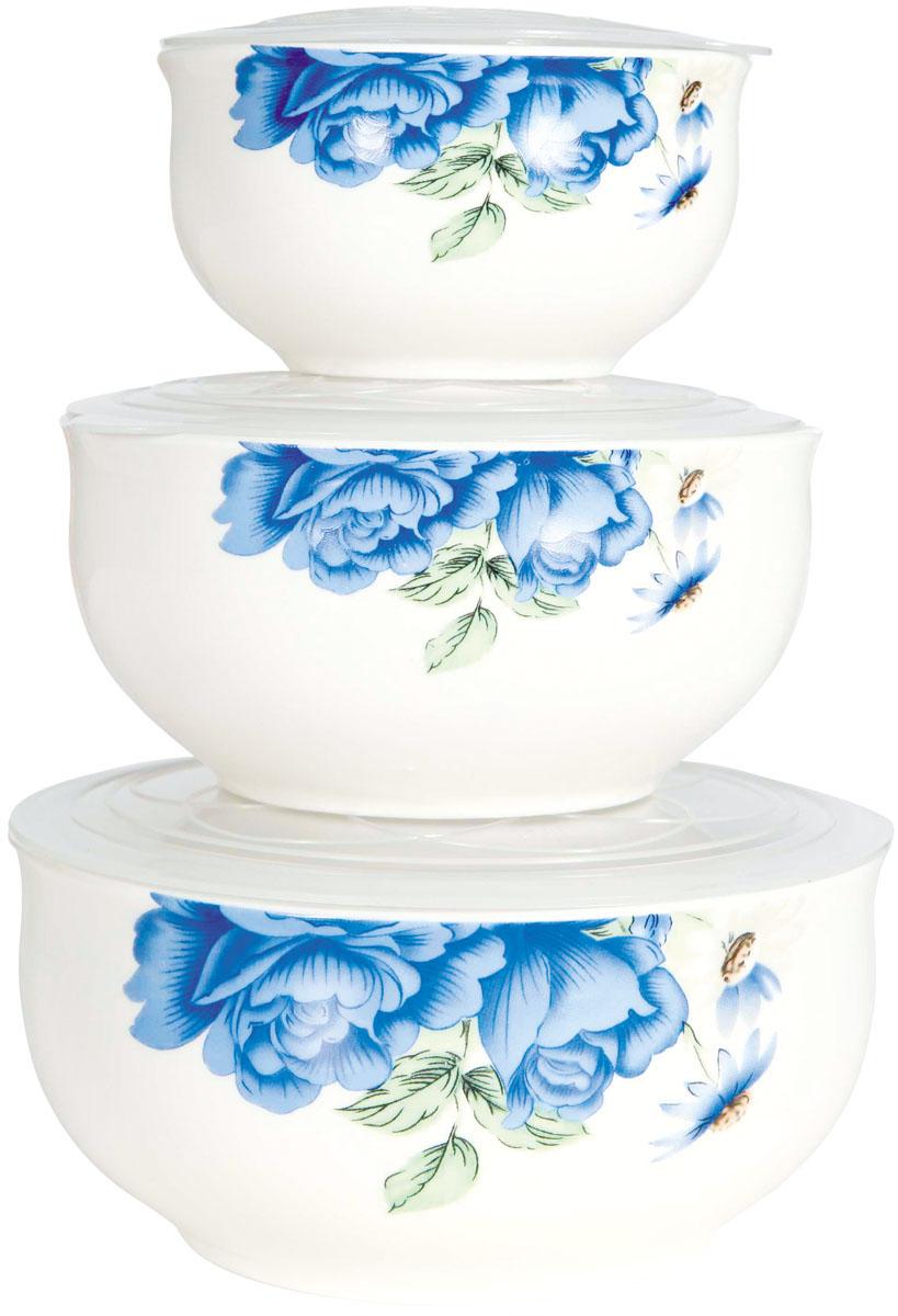 Набор мисок Bohmann Голубые цветы, с крышками, 6 предметов137ВНPНабор Bohmann Голубые цветы состоит из трех фарфоровых мисок разного объема. Миски снабжены плотно прилегающими пластиковыми крышками и украшены цветочным рисунком. Изделия являются универсальным приобретением для любой кухни. С их помощью можно хранить продукты и даже сервировать стол. Оригинальный дизайн, высокое качество и функциональность набора позволят ему стать достойным дополнением к вашему кухонному инвентарю. Можно использовать в микроволновой печи и холодильнике, а также мыть в посудомоечной машине. Диаметр мисок: 10 см; 13 см; 15,5 см. Высота стенок мисок: 5,5 см; 6,5 см; 7,5 см. Объем мисок: 300 мл; 600 мл; 800 мл.