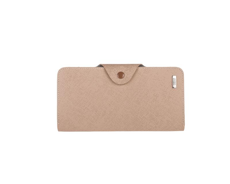 Купюрник Tirelli Виктория, цвет: капучино. 15-252-0515-252-05Купюрник Tirelli Виктория изготовлен из натуральной кожи цвета капучино с рельефной текстурой и закрывается хлястиком на кнопку. Купюрник оформлен фирменным логотипом. Внутри имеется четыре отделения для купюр, шестнадцать кармашков для хранения пластиковых карт, визиток, дисконтных карт, два отделения с сетчатым окошком для фотографий, три потайных кармашка для бумаг, карман на застежке-молнии и открытый кармашек. Такой купюрник станет отличным подарком для человека, ценящего качественные и необычные вещи. Изделие упаковано в подарочную коробку синего цвета с логотипом фирмы Tirelli.