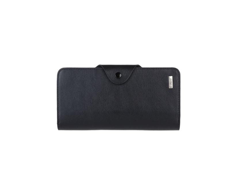 Купюрник Tirelli Классик, цвет: черный. 15-252-0715-252-07Купюрник Tirelli Классик изготовлен из натуральной кожи черного цвета с матовой текстурой и закрывается хлястиком на кнопку. Купюрник оформлен фирменным логотипом. Внутри имеется четыре отделения для купюр, шестнадцать кармашков для хранения пластиковых карт, визиток, дисконтных карт, два отделения с сетчатым окошком для фотографий, три потайных кармашка для бумаг, карман на застежке-молнии и открытый кармашек. Такой купюрник станет отличным подарком для человека, ценящего качественные и необычные вещи. Изделие упаковано в подарочную коробку синего цвета с логотипом фирмы Tirelli.