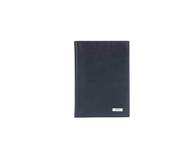 Бумажник водителя Tirelli Классик, цвет: черный. 15-302-0715-302-07Бумажник водителя Tirelli Классик изготовлен из натуральной кожи черного цвета с матовой текстурой. Внутри содержится съемный блок из 6 прозрачных пластиковых файлов различного размера для автодокументов. Стильный бумажник не только защитит ваши документы, но и станет стильным аксессуаром, подчеркивающим ваш образ. Изделие упаковано в подарочную коробку синего цвета с логотипом фирмы Tirelli.