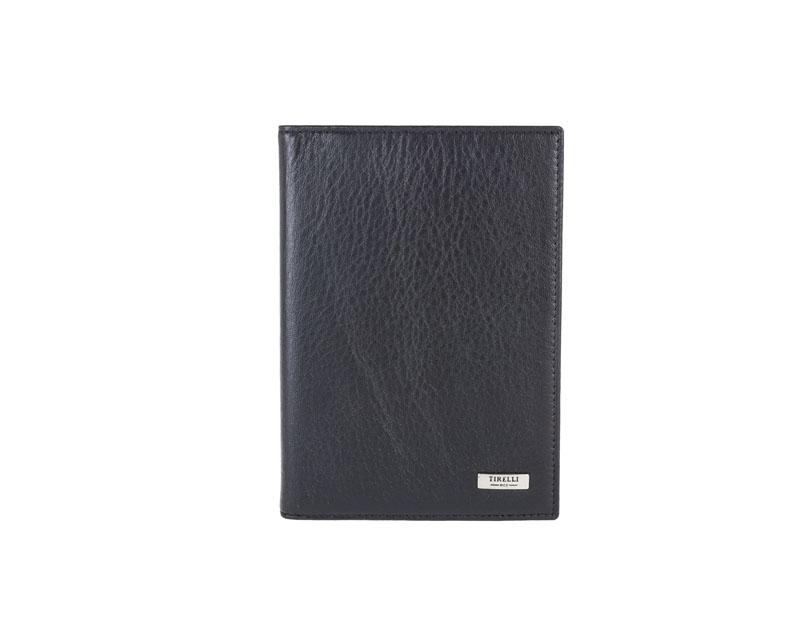 Бумажник водителя Tirelli Классик, цвет: черный. 15-305-0715-305-07Бумажник водителя Tirelli Классик изготовлен из натуральной кожи черного цвета с матовой текстурой. Внутри содержится съемный блок из 6 прозрачных пластиковых файлов разного размера для автодокументов. С внутренней стороны обложки имеется 4 прорезных кармашка для пластиковых карт и 2 потайных кармашка. Стильный бумажник не только защитит ваши документы, но и станет стильным аксессуаром, подчеркивающим ваш образ. Изделие упаковано в подарочную коробку синего цвета с логотипом фирмы Tirelli.